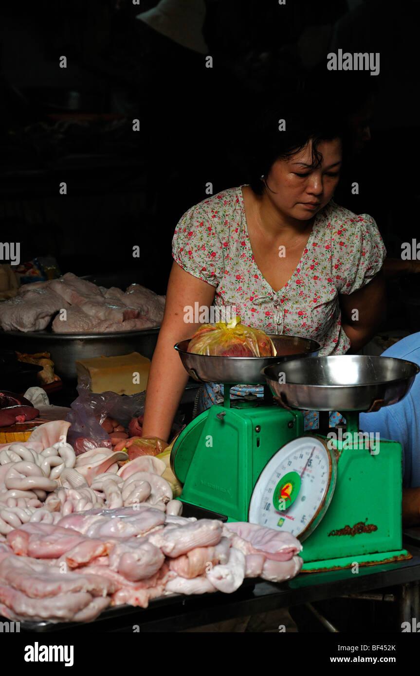 Mujer vender Venta de productos cárnicos de despojos para la venta en el  mercado al aire 50761f722ec