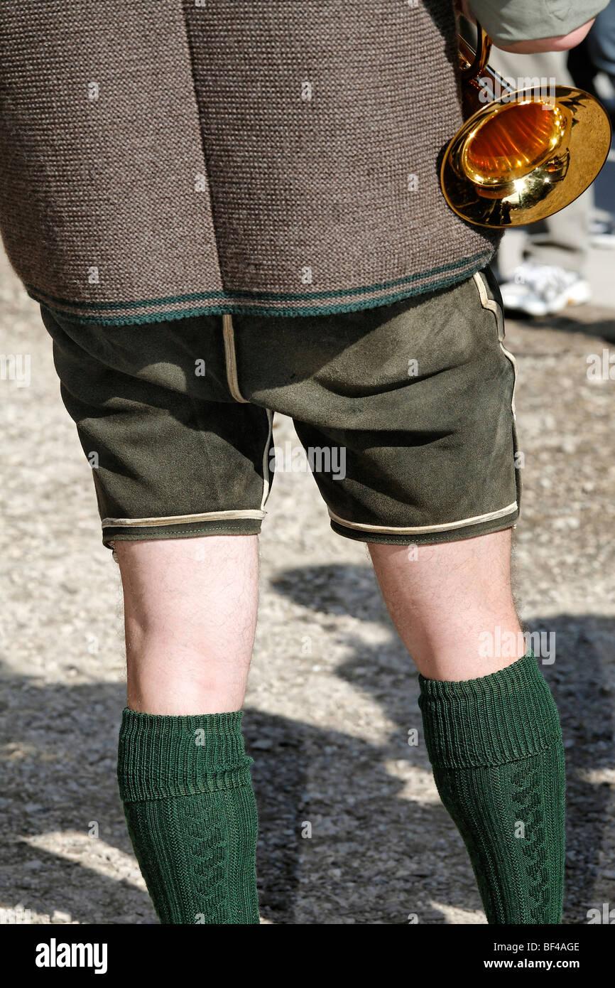 39e6c4c3e6b9a El hombre tradicional en chaqueta y pantalones de cuero lederhosen  sosteniendo un trombón