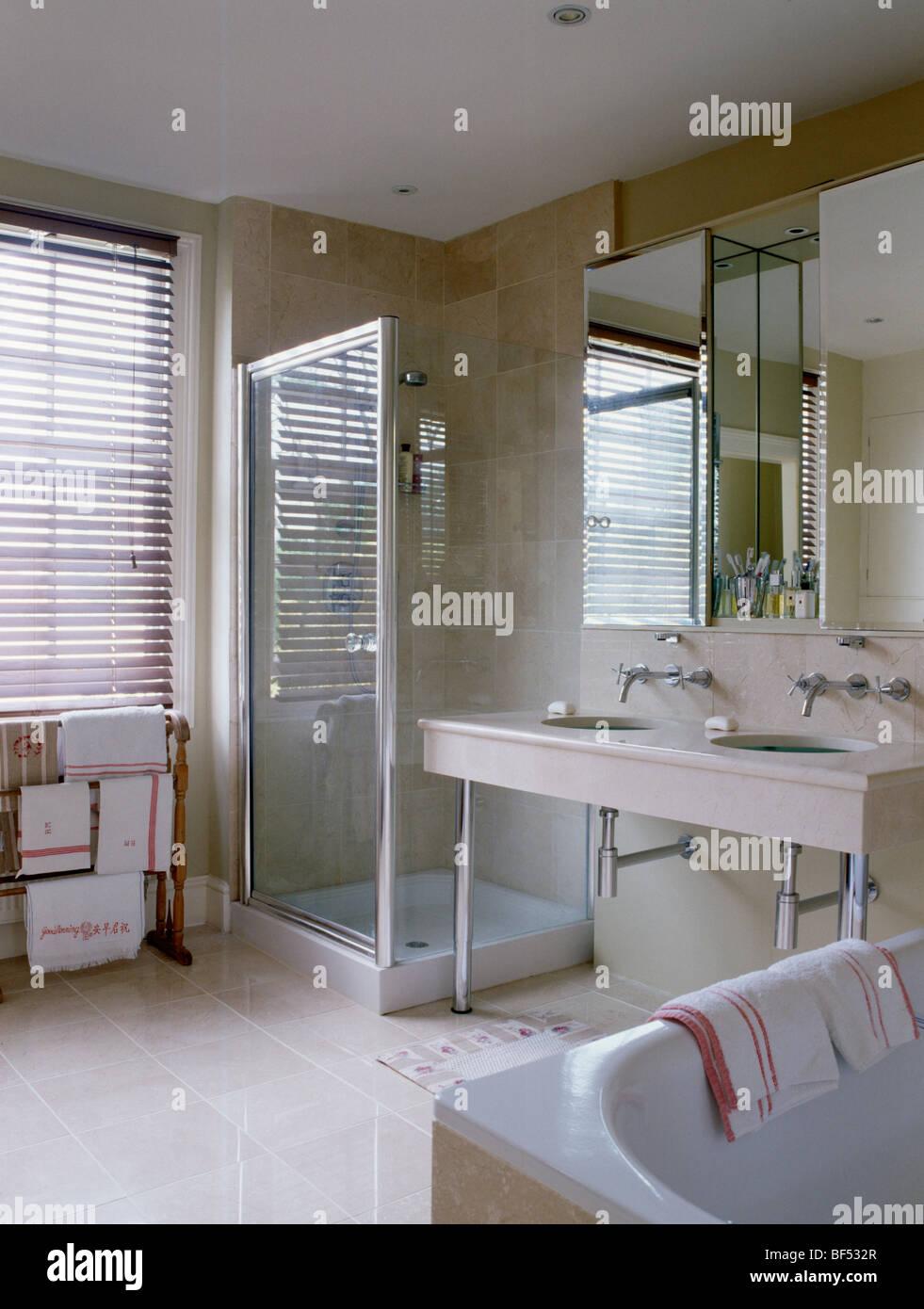 Gabinete de ducha de cristal en el cuarto de baño moderno con ...