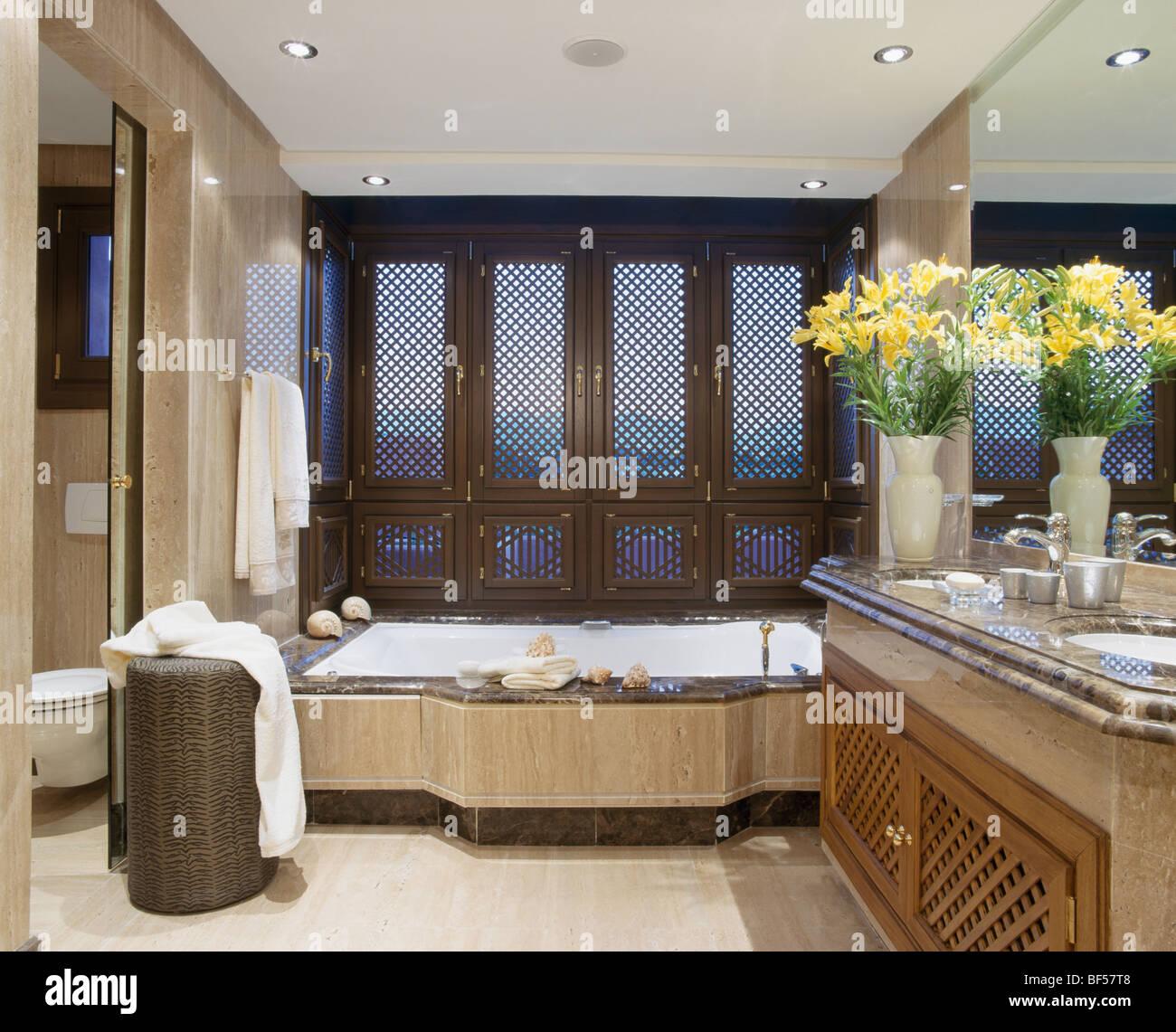 Persianas de ventana calados sobre la bañera en el cuarto de baño de ...