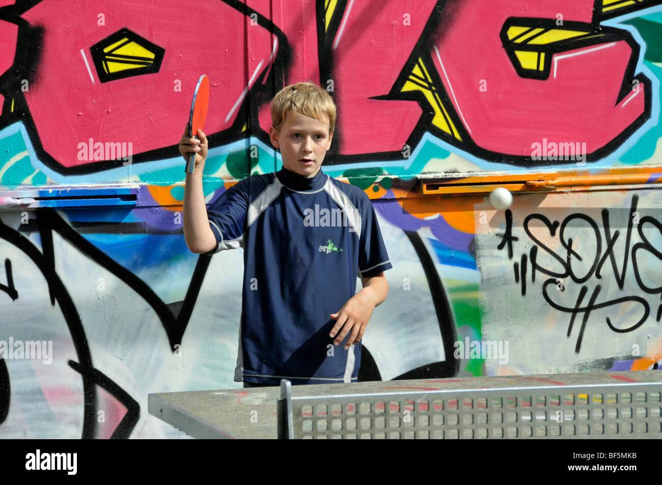 Niño de 9 años jugando al tenis de mesa, campo de fútbol en Colonia, Renania del Norte-Westfalia, Imagen De Stock
