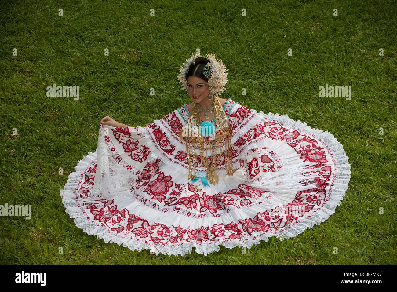 La Pollera, el traje típico de Panamá. La pollera, traje tipico de Panama. Imagen De Stock