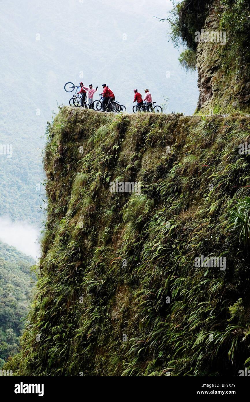 Grupo ciclista de montaña disfrutando de un paseo cuesta abajo en el camino de la muerte, cerca de la Paz, Imagen De Stock