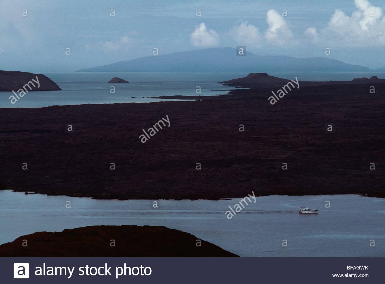 Barco turístico, Sullivan Bay, Islas Galápagos Foto de stock