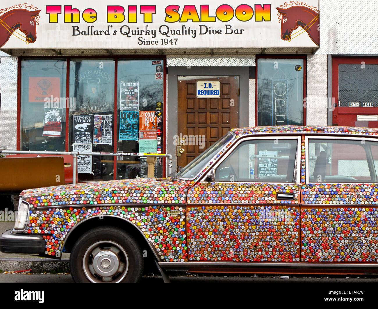 Volvo sedán todo decorado con tapas de botella, poco Saloon en Ballard, Seattle, Washington Imagen De Stock
