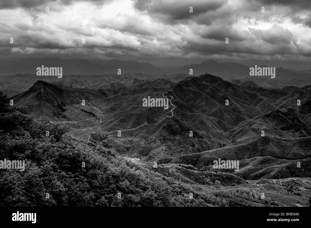 Vista de la Gran Muralla de China, en blanco y negro Imagen De Stock