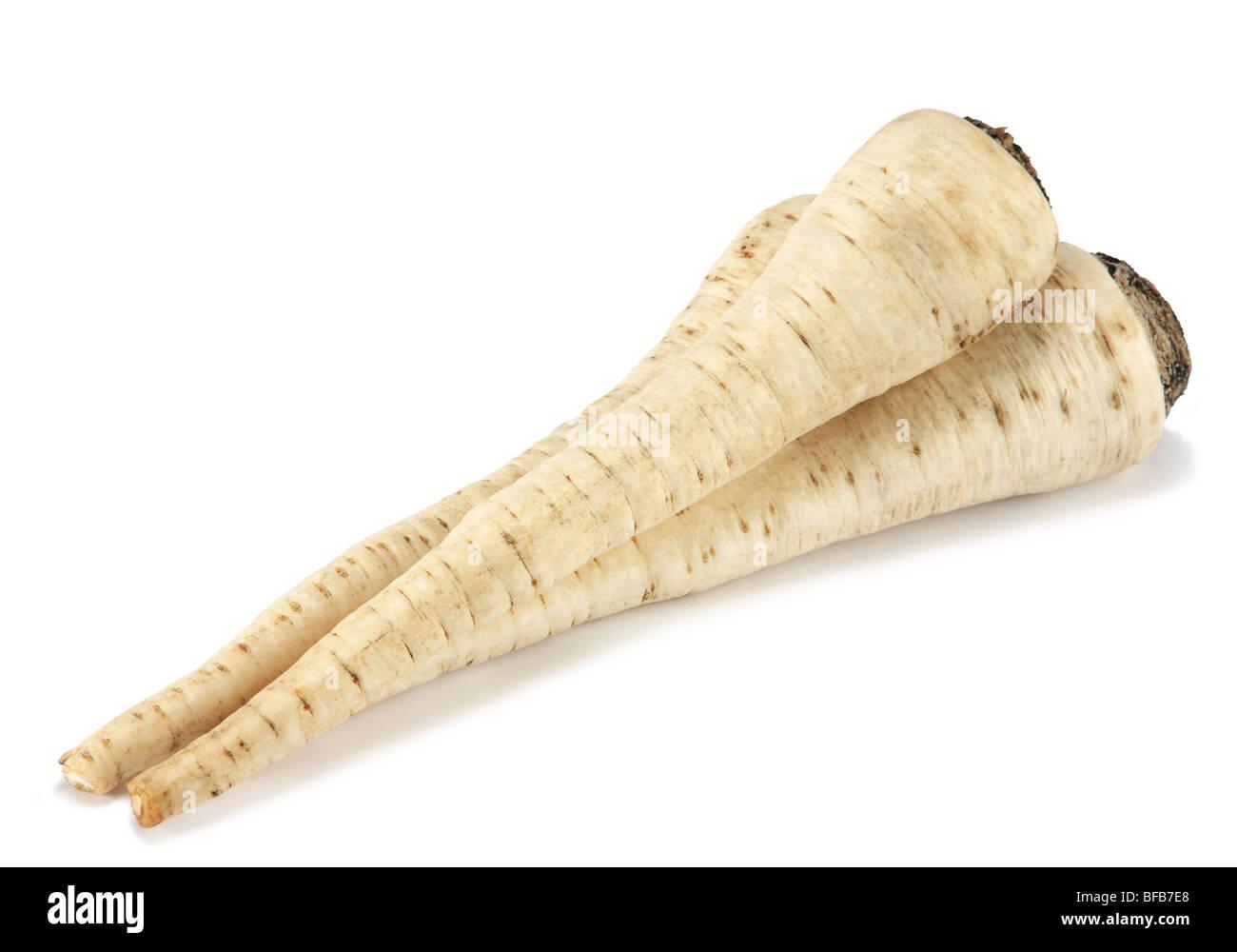 Perejil de raíz vegetal closeup sobre fondo blanco. Imagen De Stock
