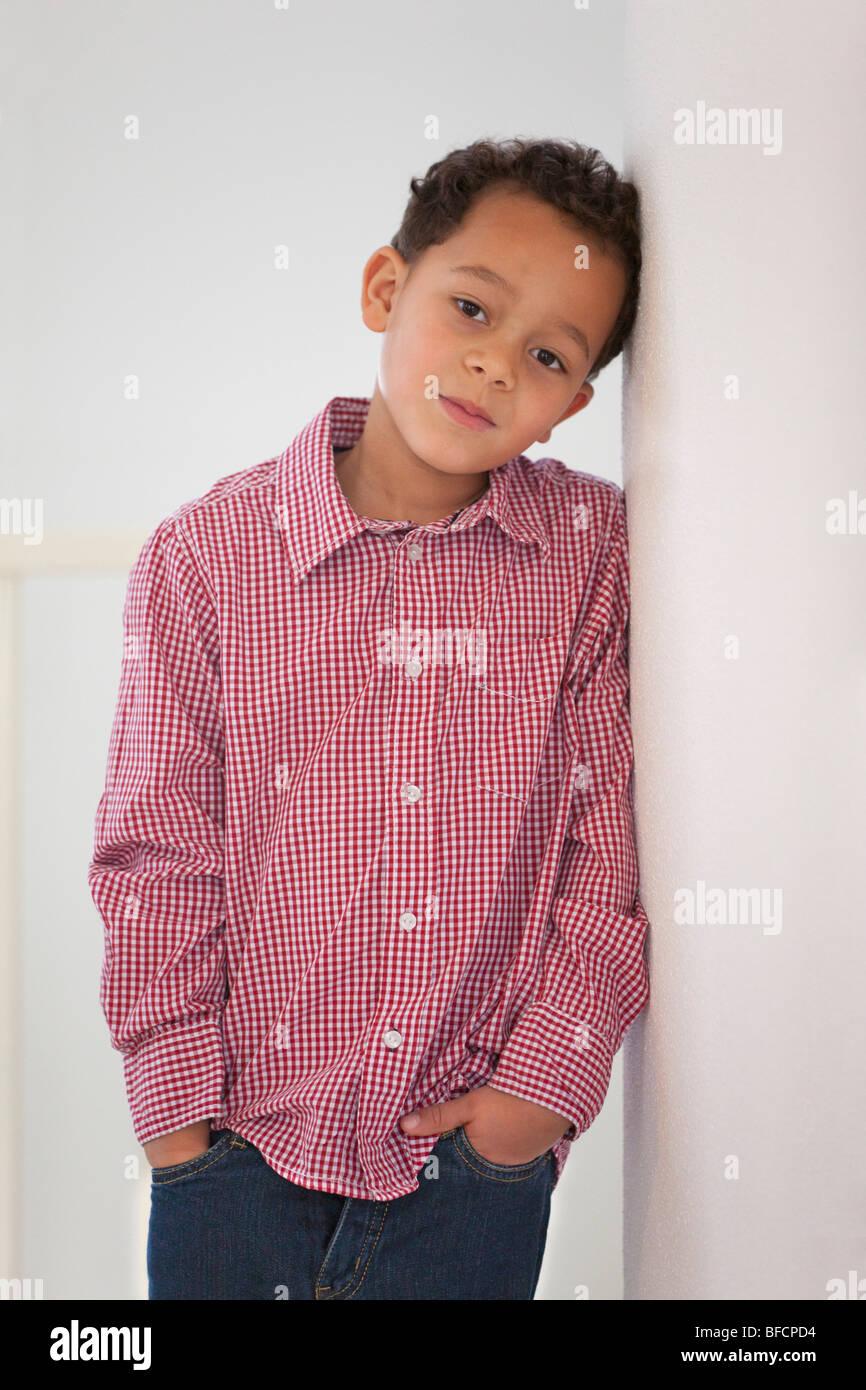 Retrato de un tímido niño de siete años Imagen De Stock