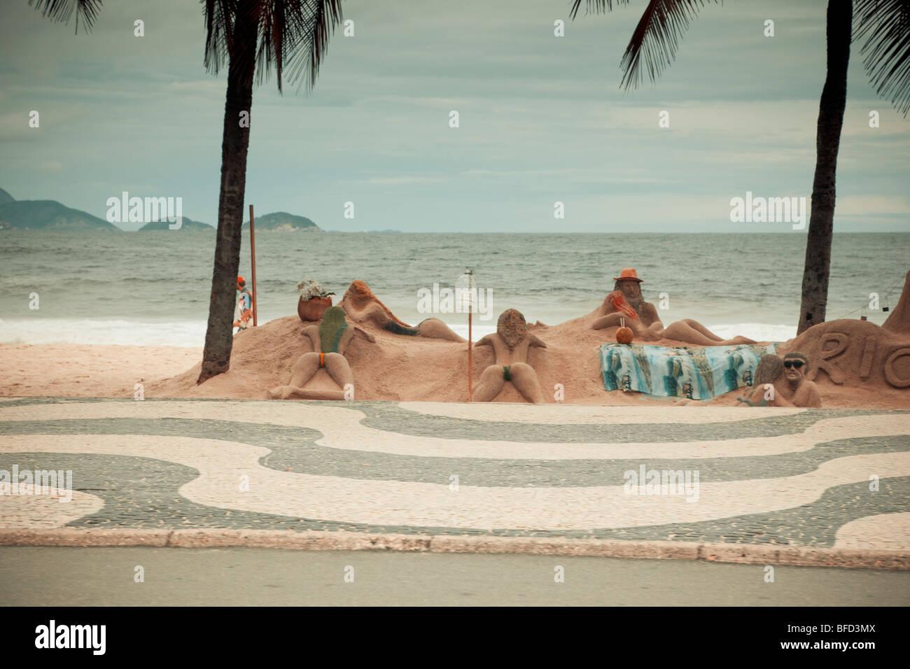 Esculturas en la playa Copacabana de Río de Janeiro, Brasil Foto de stock