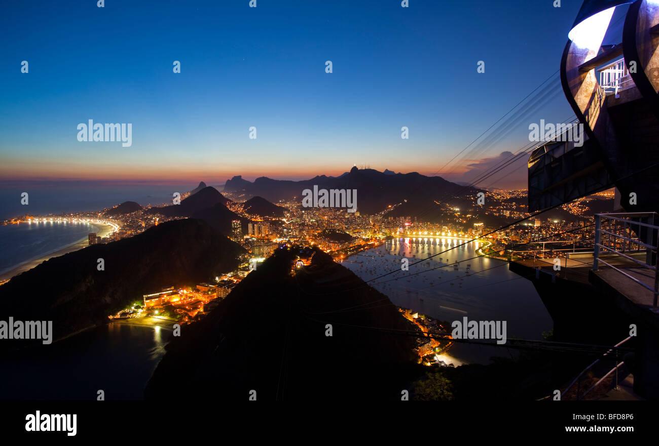 La vista nocturna de Río de Janeiro, Brasil de Sugar Loaf Mountain Imagen De Stock