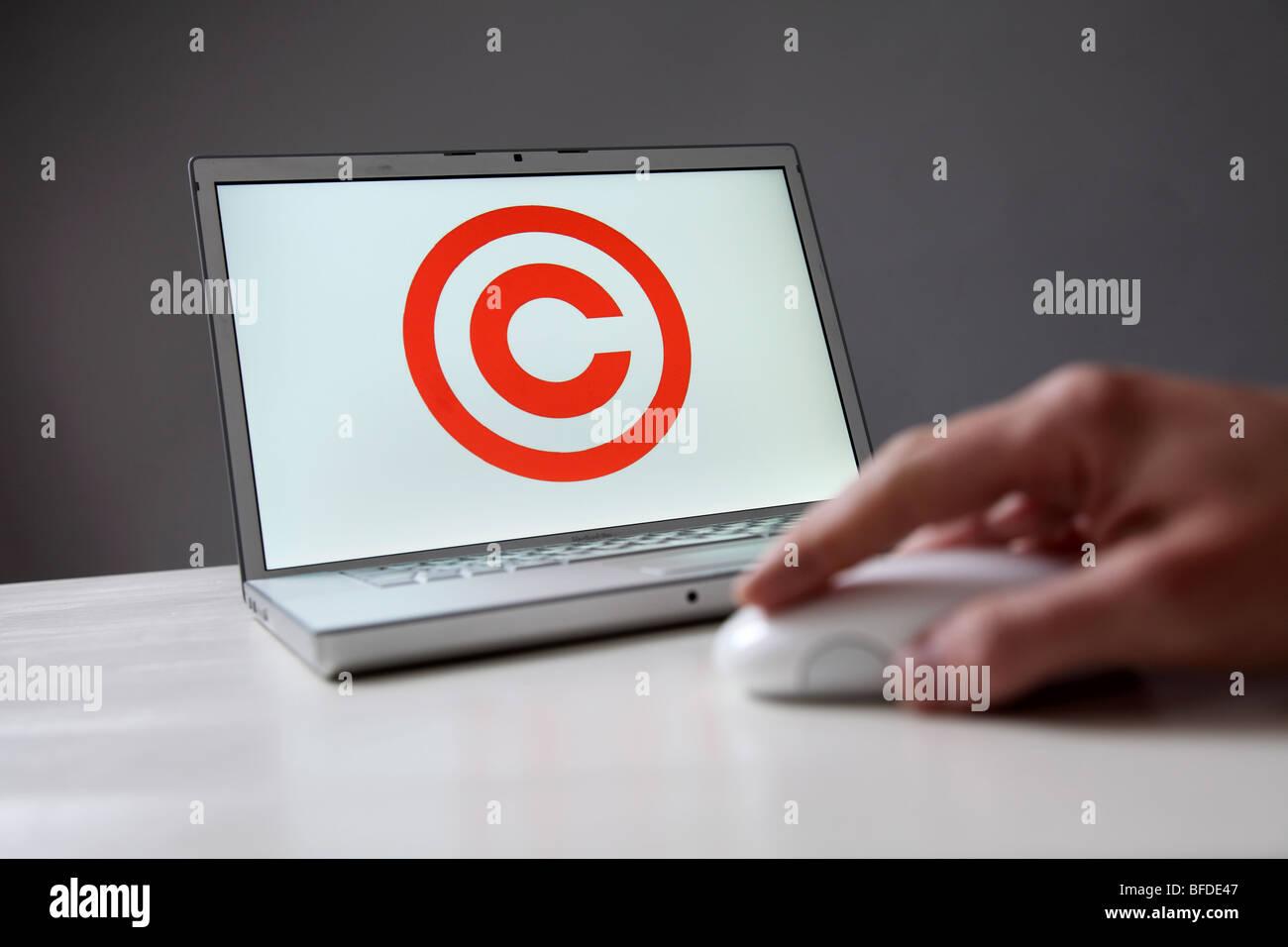 Signo de copyright en la pantalla de ordenador. Símbolo: protección de la coparight en Internet y de datos digitales Foto de stock