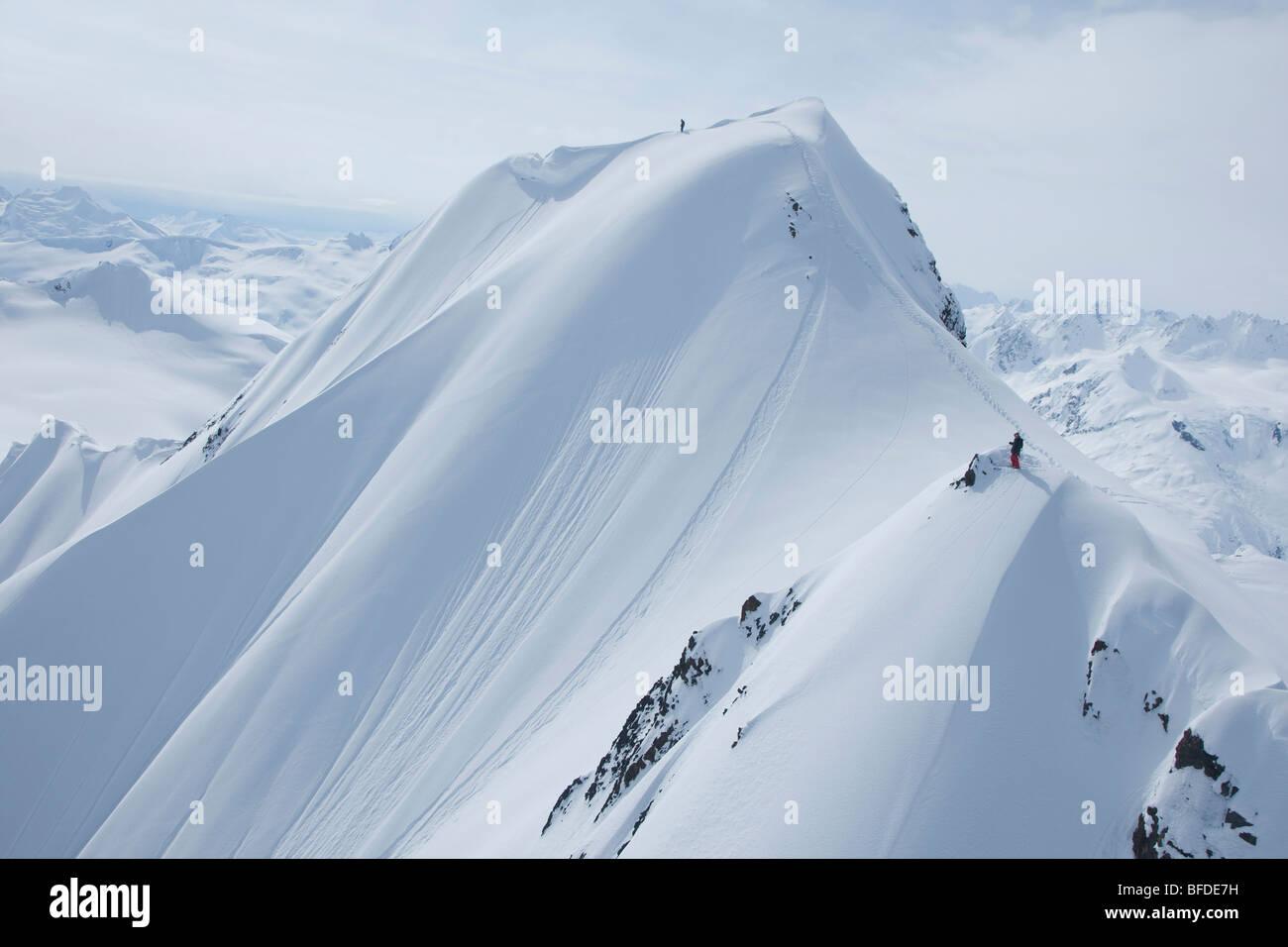 Una Montaña Nevada: Dos Esquiadores Sobre Una Montaña Nevada Preparándose