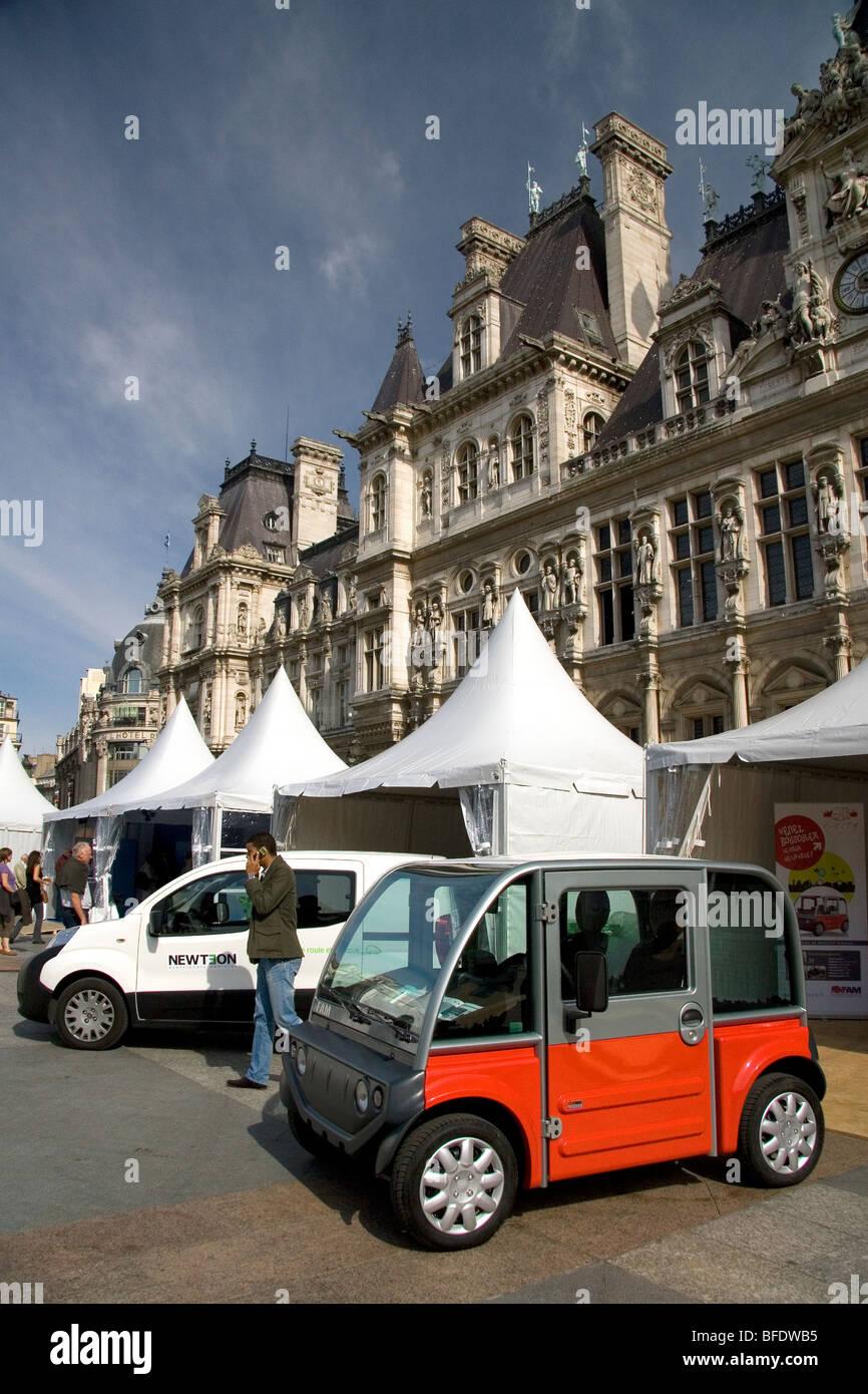 Concepto de automóvil eléctrico exposición pública en frente del Hotel de Ville de París, Imagen De Stock