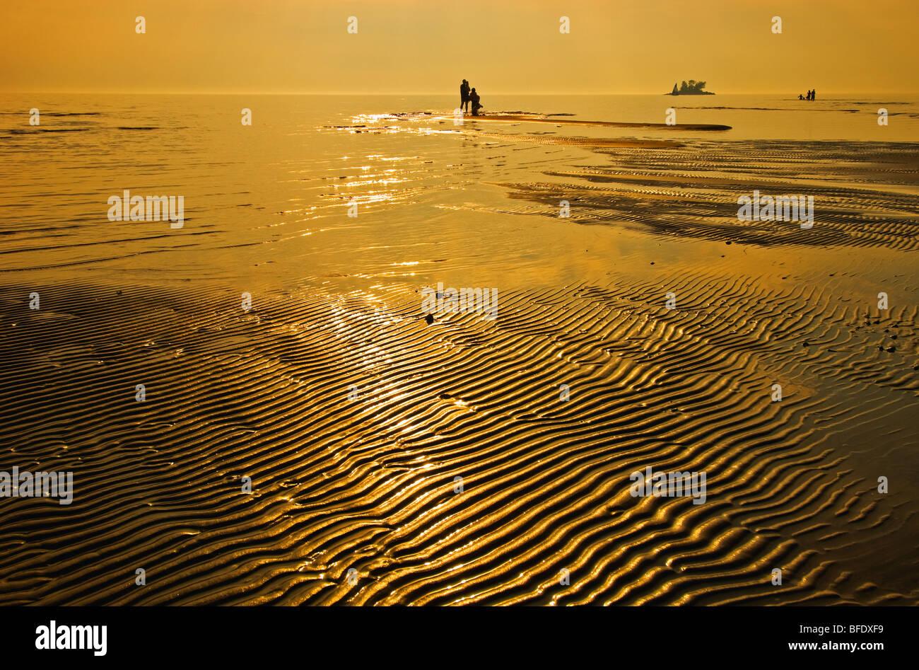La gente en la playa al atardecer Wahnekewaning Playa, Ontario, Canadá Imagen De Stock