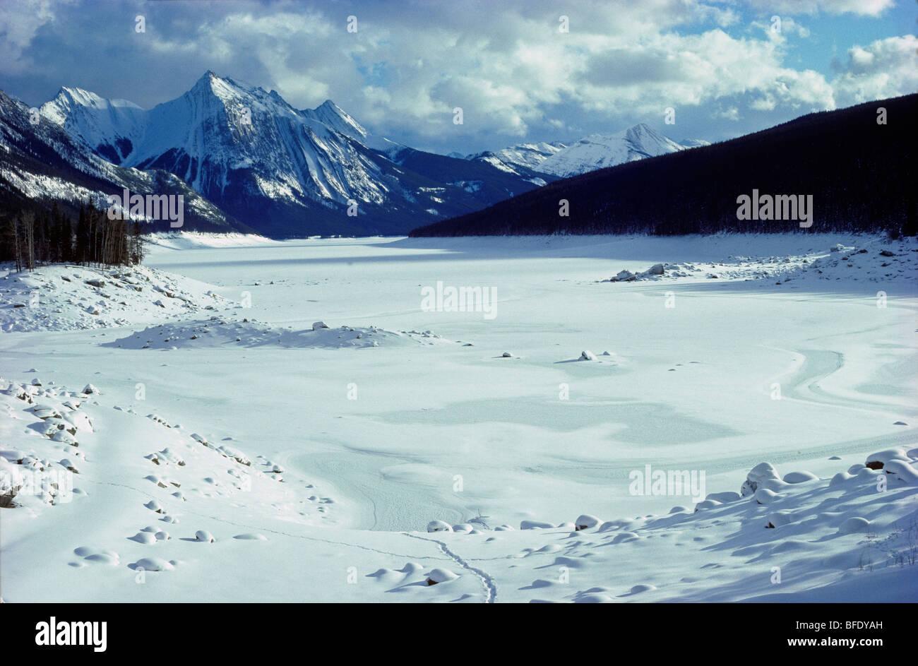 El Lago Medicina en invierno, vista al sureste hacia el rango de Queen Elizabeth, el Parque Nacional de Jasper, Alberta, Canadá Foto de stock