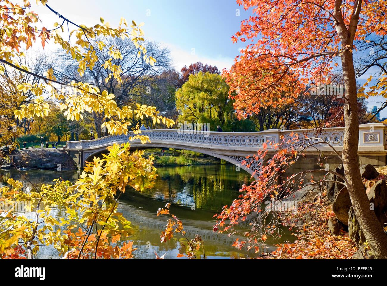 Puente de arco en otoño, Central Park, la ciudad de Nueva York. Foto de stock