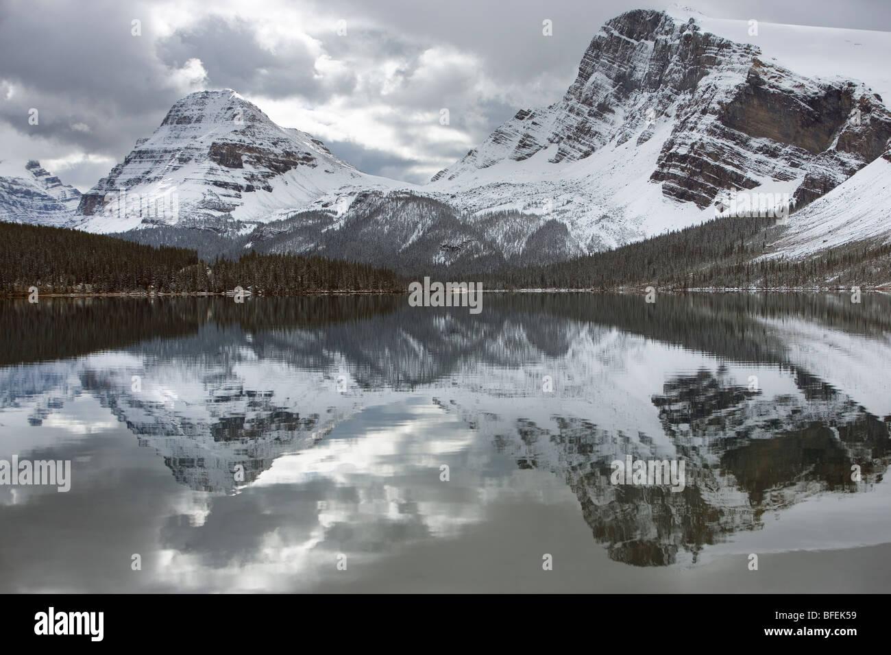 El Lago Bow, Arco Pico Cumbre en proa, Parque Nacional de Banff, Alberta, Canadá Imagen De Stock