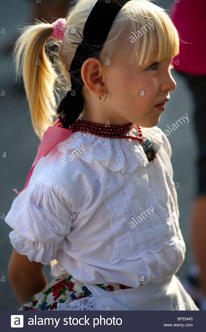 Los niños Svab joven con traje tradicional, Hajos (Haj s) Hungría Imagen De Stock
