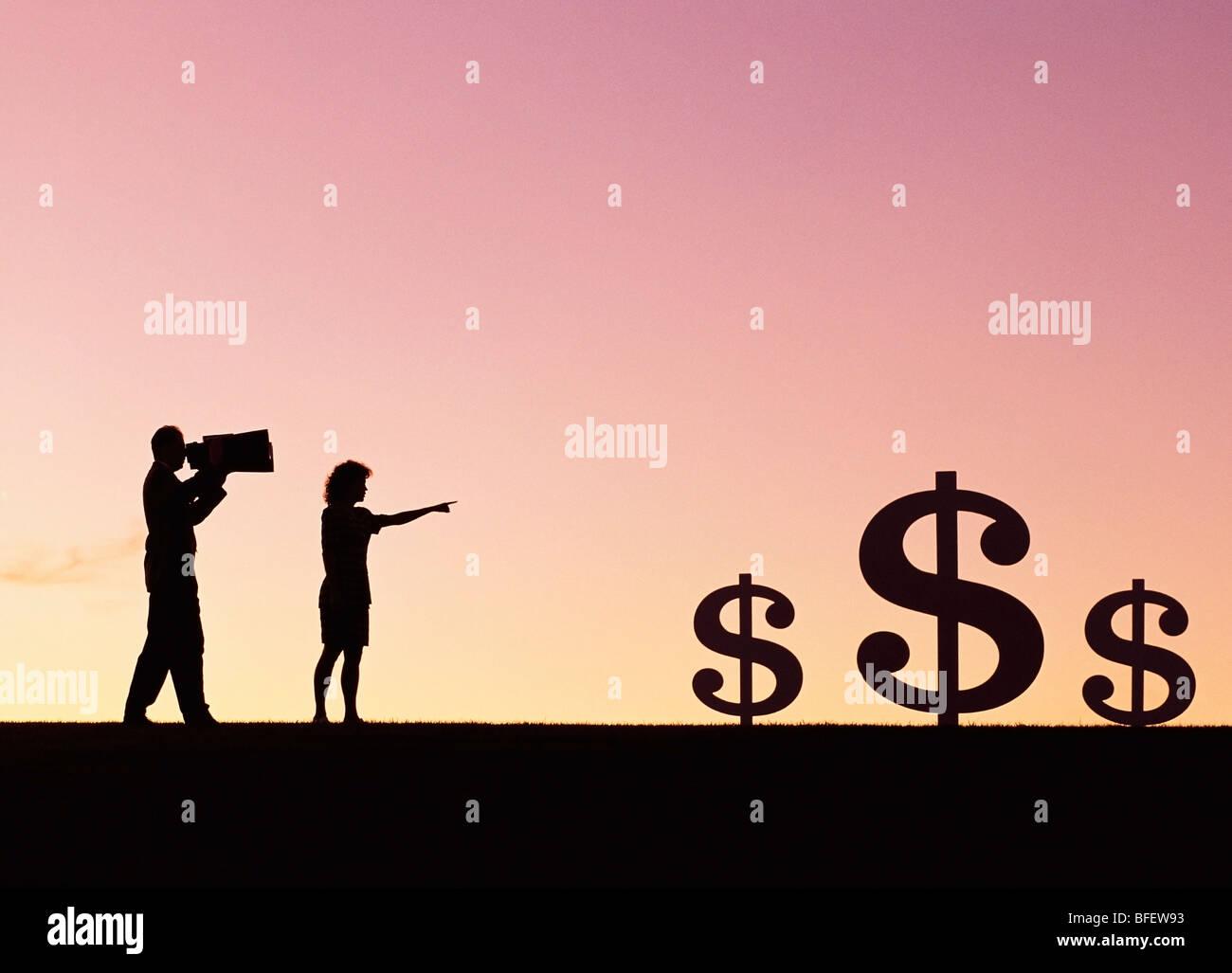 Conceptuales de una pareja en busca de signos de dólar en el campo cerca de Winnipeg, Manitoba, Canadá Imagen De Stock