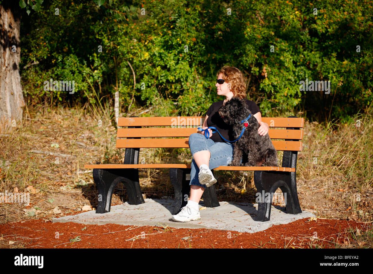Mujer Y Perro Sentarte En La Terraza De Un Banco En La