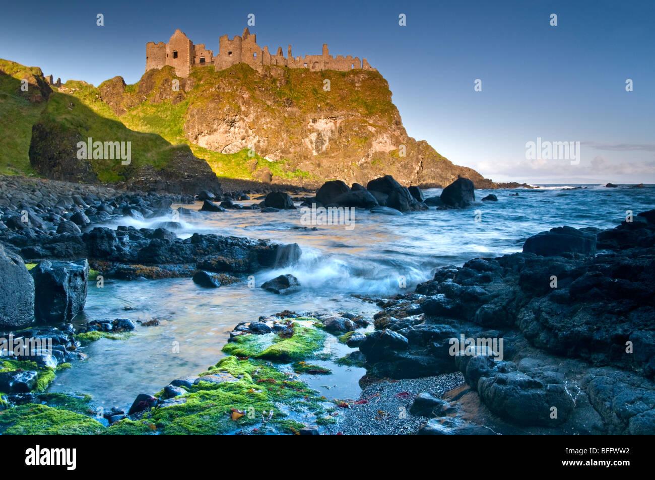 Castillo de Dunluce, Costa de la Herencia, Co. de Antrim, Irlanda del Norte, REINO UNIDO Foto de stock