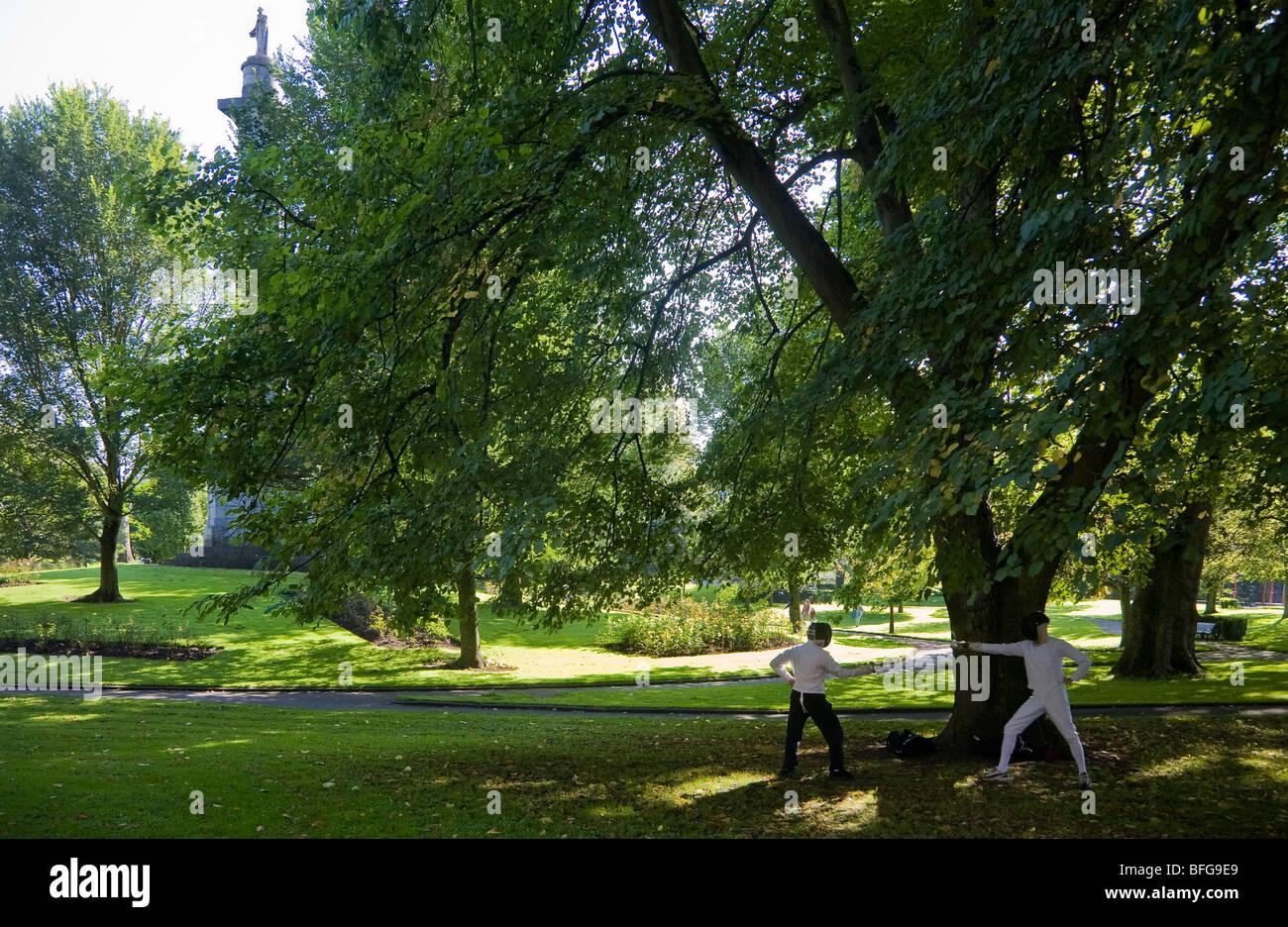Practicar esgrima en el parque del pueblo, de la ciudad de Limerick, Irlanda Imagen De Stock