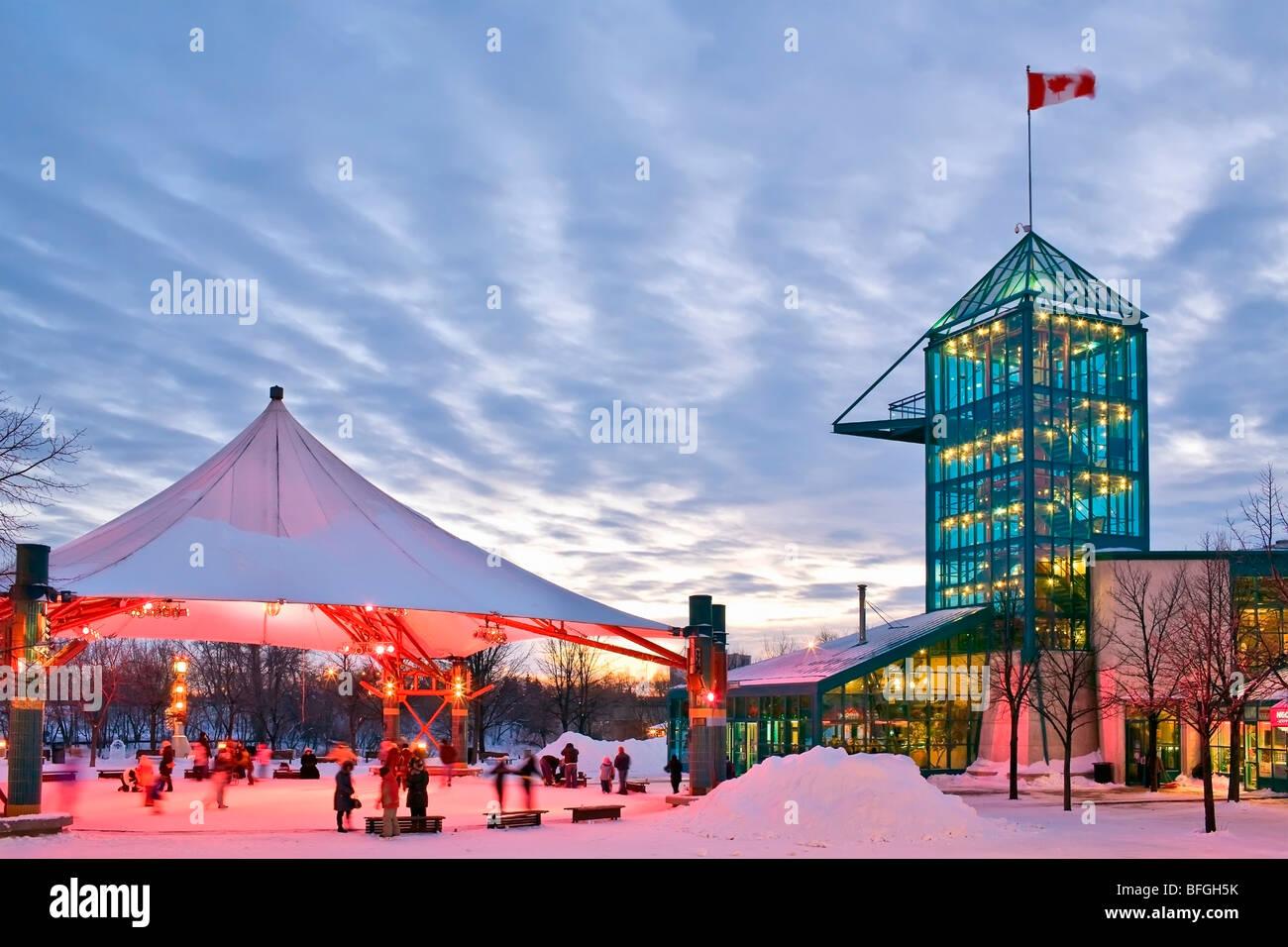 Los patinadores sobre hielo bajo el pabellón toldo en las horquillas, Winnipeg, Manitoba, Canadá Foto de stock