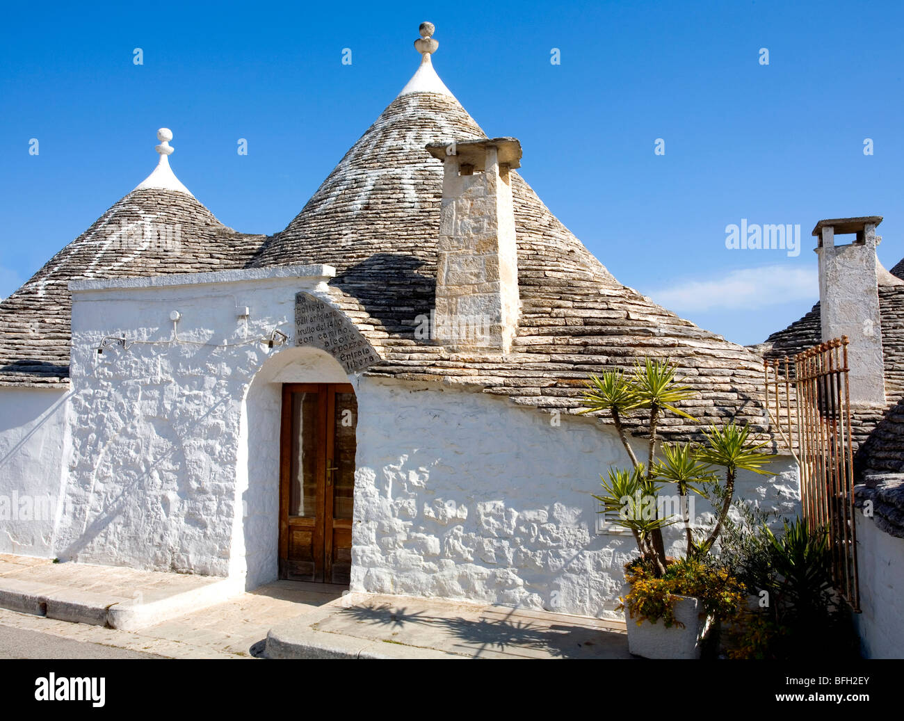 Trulli Casa con signos Hex en Alberobello, Puglia, Italia Imagen De Stock
