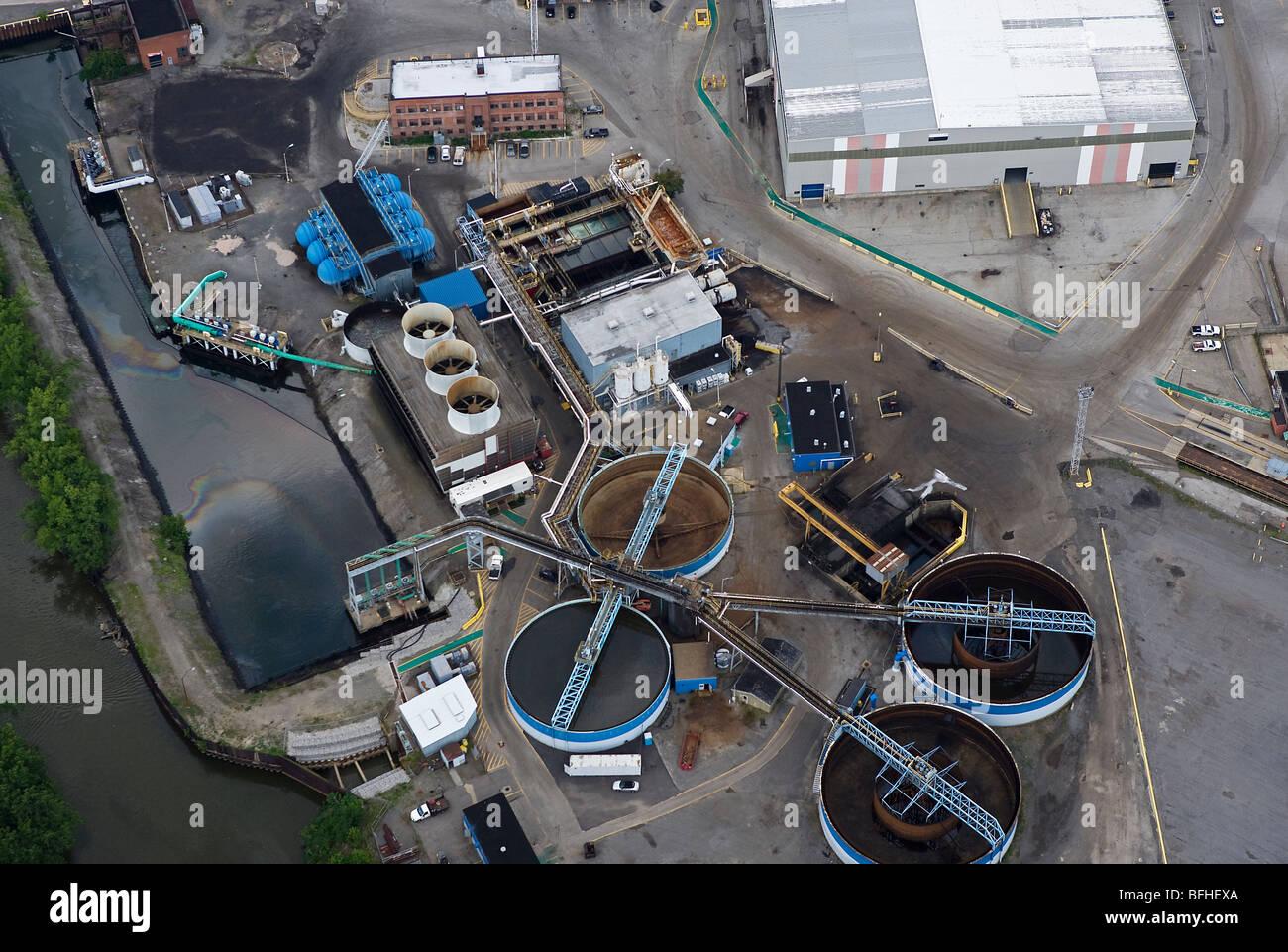 Vista aérea de la planta de procesamiento de aguas residuales por encima de Arcelor Mittal Steel Mill obras Imagen De Stock