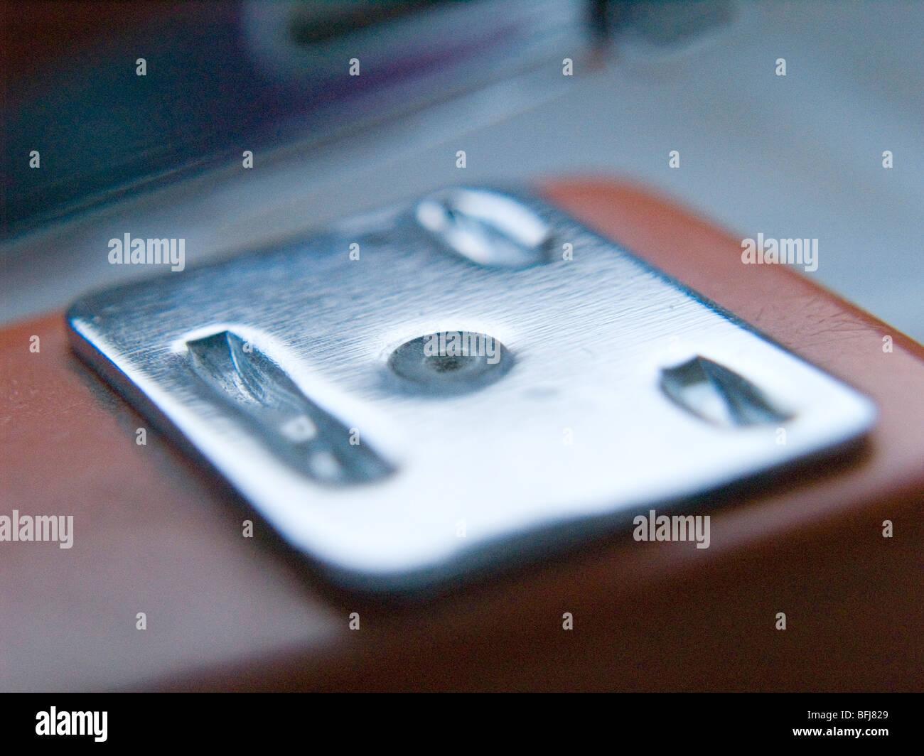 Cerca de una grapadora metálica. Imagen De Stock
