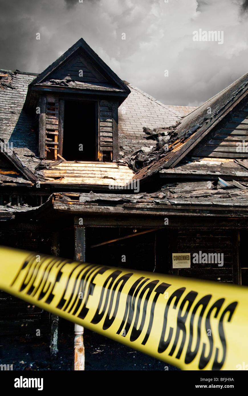 Cinta para barrera policial delante del fuego casa dañada en Carolina del Norte, EE.UU. Imagen De Stock