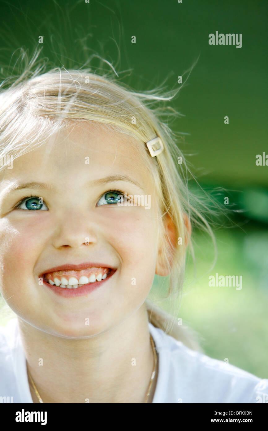 Una chica sonriente escandinavo en el sol, Suecia. Foto de stock