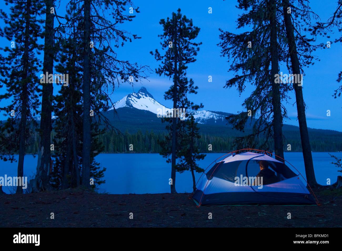 Camping Lago Grande con el atardecer vista del Monte Washington; Montañas Cascade, Oregon. Imagen De Stock