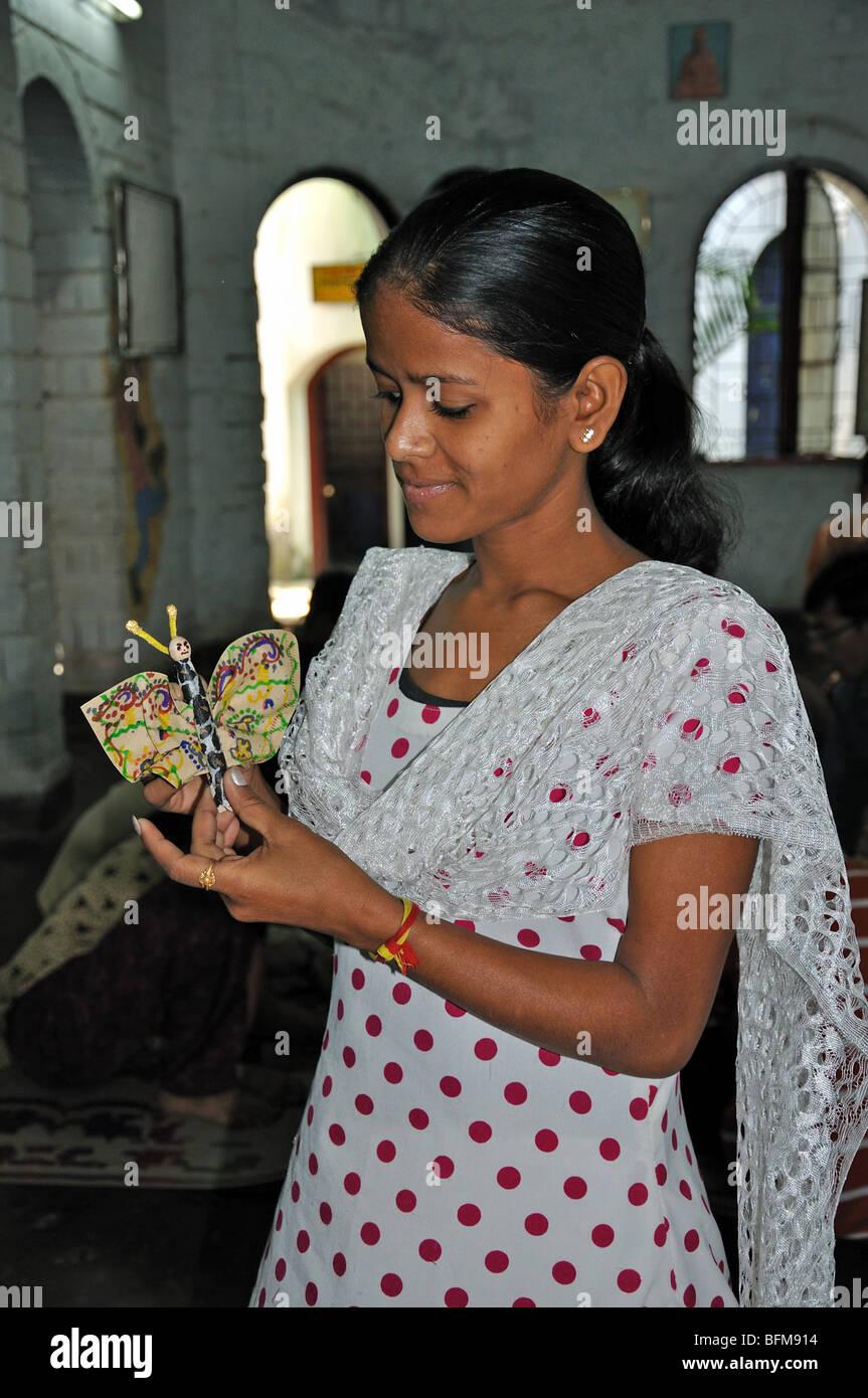 Un taller de fabricación de café de filtro de mariposas con adolescentes en el centro, cerca de Rajarhat Kolkata (Calcuta), Bengala Occidental, India Foto de stock