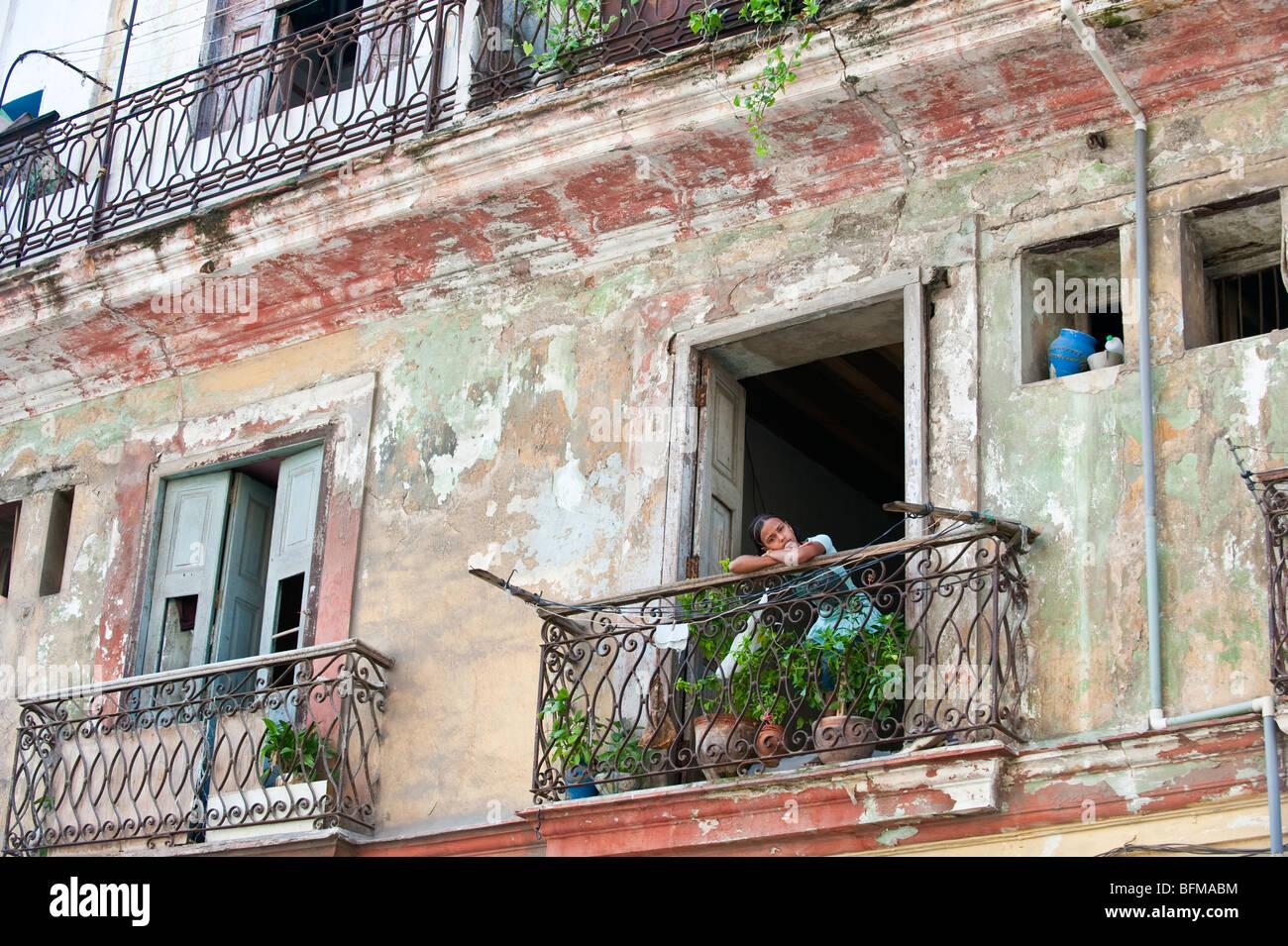 Joven miradas desde un balcón en La Habana, Cuba Imagen De Stock