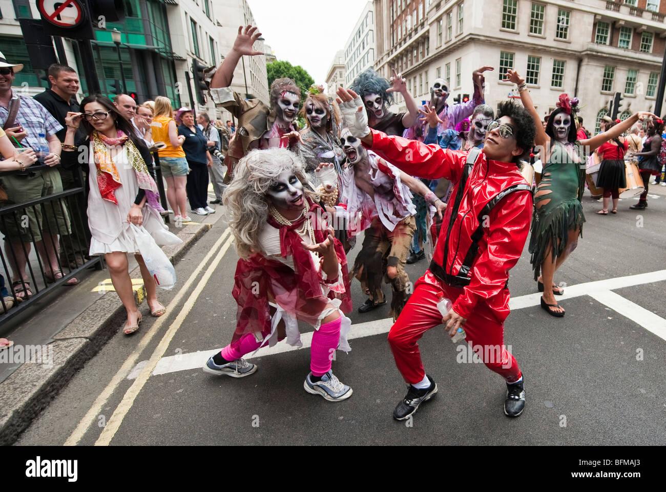 El grupo que realiza el thriller de Michael Jackson durante la marcha del orgullo gay de Londres en Londres 2009 Imagen De Stock