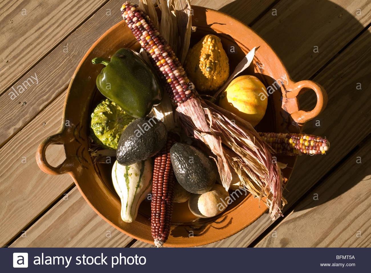 Todavía la vida de Indio Maíz, calabazas, aguacates y el pimiento en cuenco de cerámica. Imagen De Stock