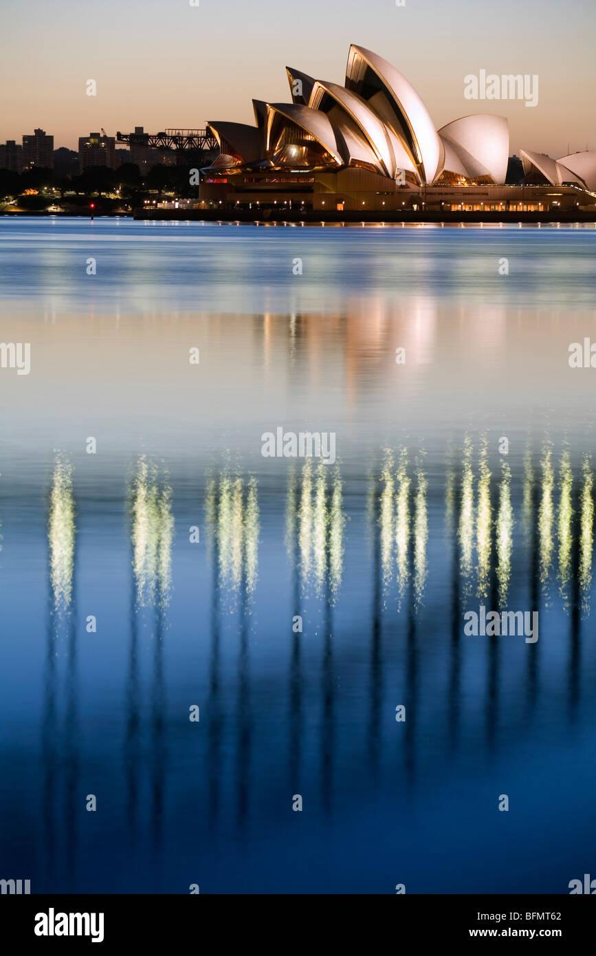 Australia, New South Wales, Sydney. Vista de la Sydney Opera House y el puente Harbour de Blues punto al amanecer. Imagen De Stock