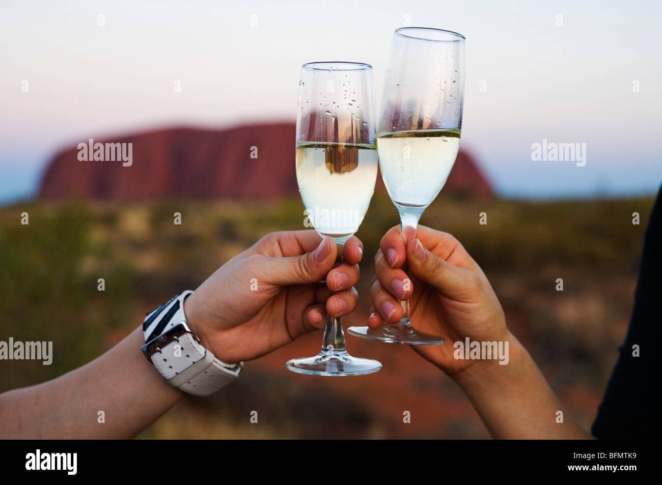 Australia, el Territorio del Norte, el Parque Nacional de Uluru-Kata Tjuta. Disfrutando de una copa de vino en el Imagen De Stock