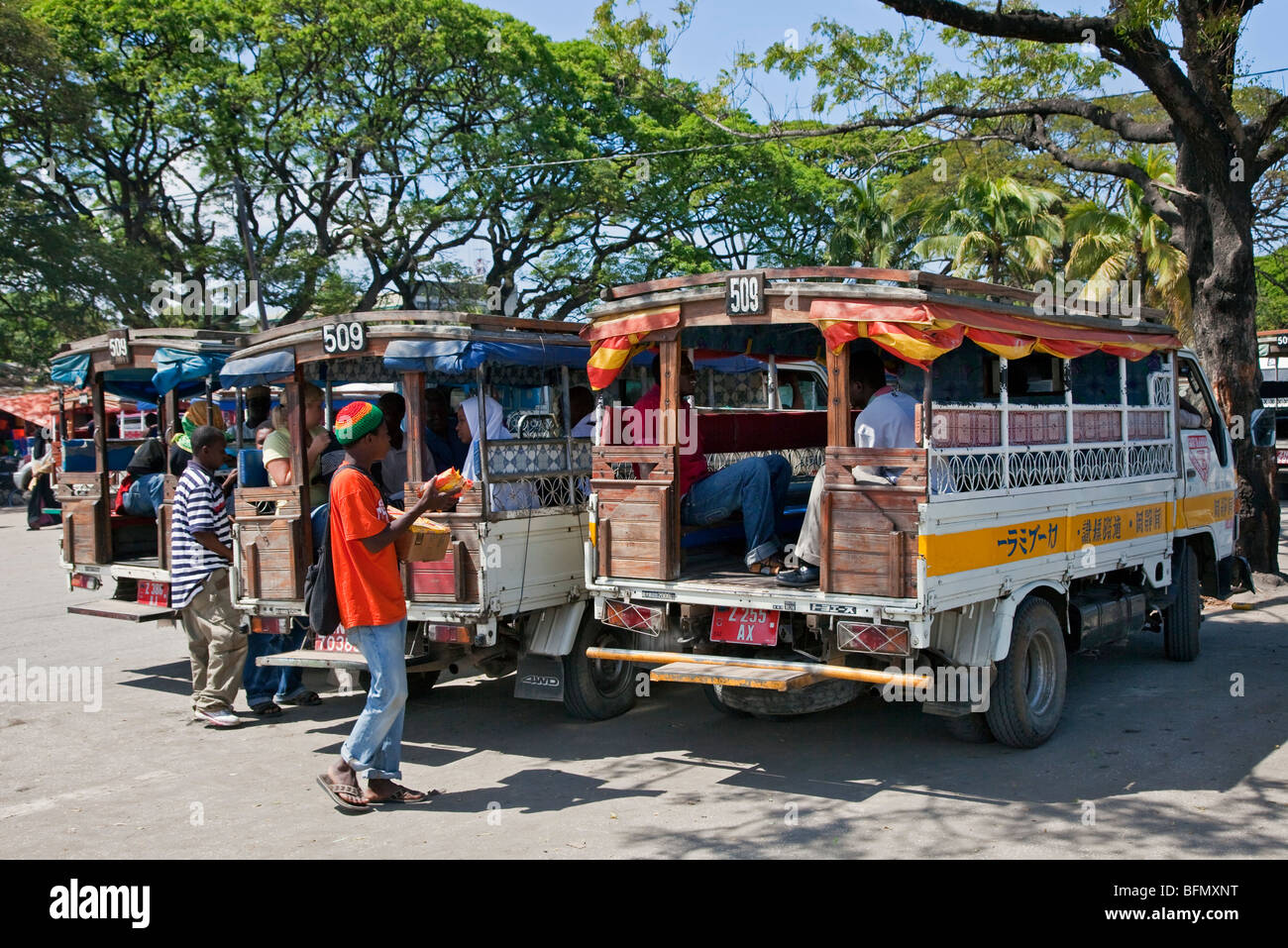 Tanzania, Zanzíbar, Stone Town. Colorido país autobuses, conocido como Daladala, línea fuera del Imagen De Stock