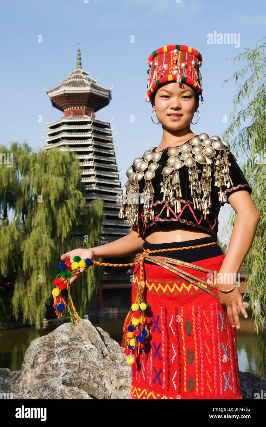 China, Beijing, Minorías Étnicas Park, una chica en traje tradicional Imagen De Stock
