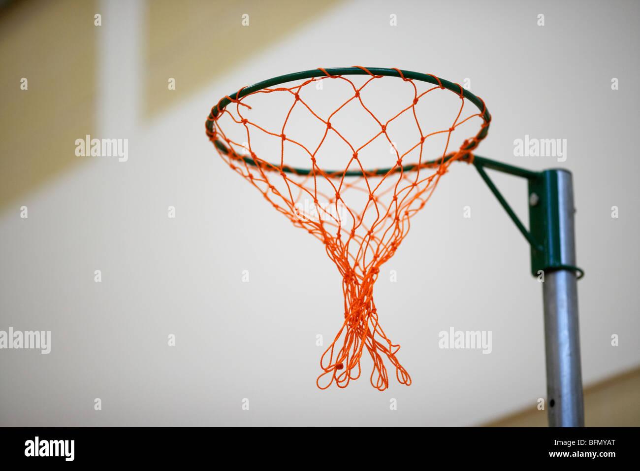 El balonvolea net en una escuela gimnasio polideportivo enfoque selectivo Imagen De Stock