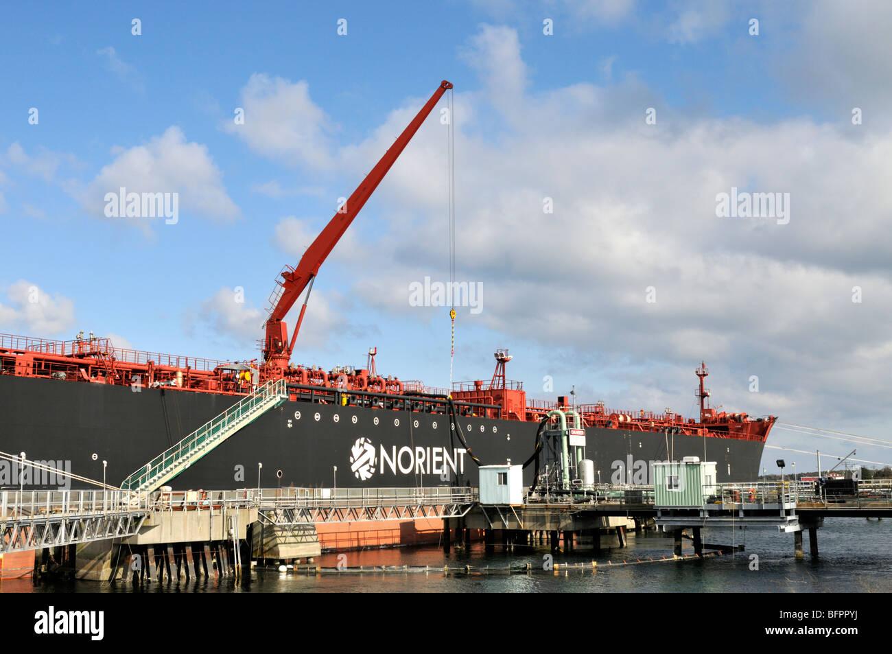 El fuel oil tanker la descarga de aceite con un manejo flexible de grúa Foto de stock