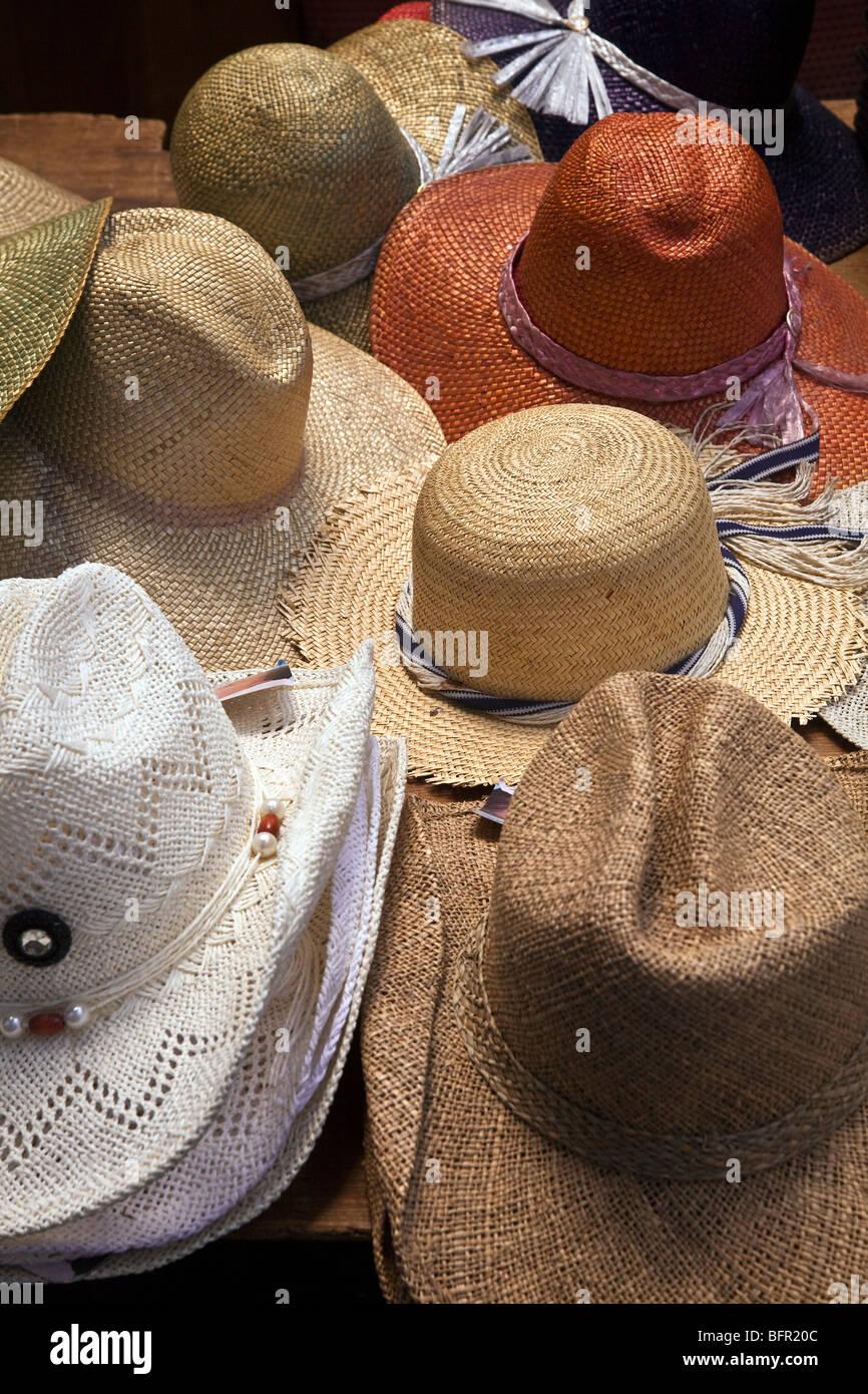 Sombreros de Paja en venta en un puesto en el mercado en Gozo - Malta Imagen edd35adddc7