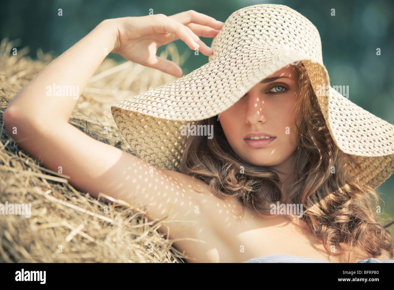 Mujer joven en un sombrero retrato. Colores suaves. Foto de stock