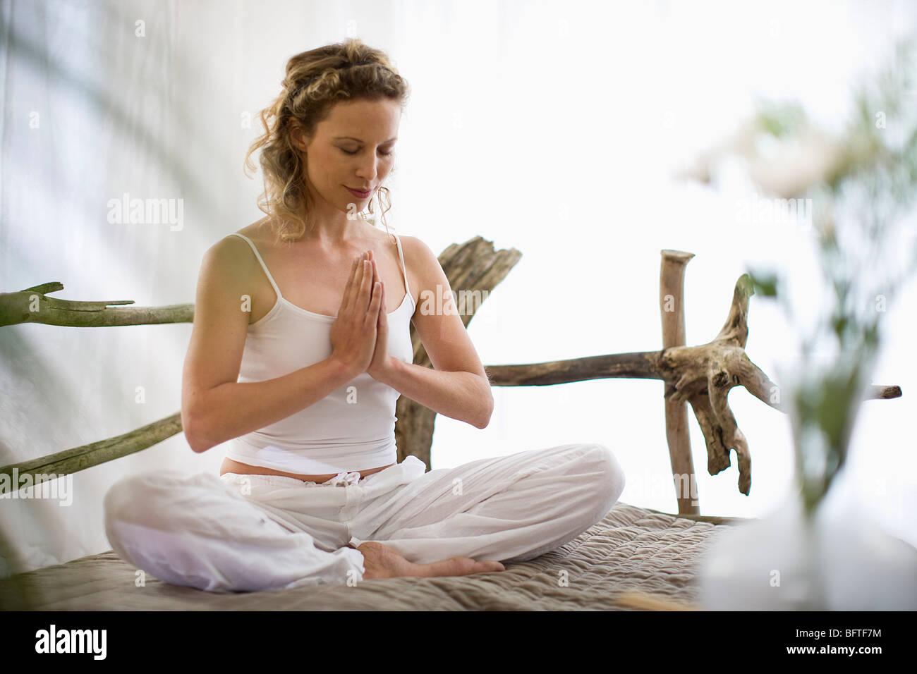 Mujer de mediana edad hacer yoga Imagen De Stock
