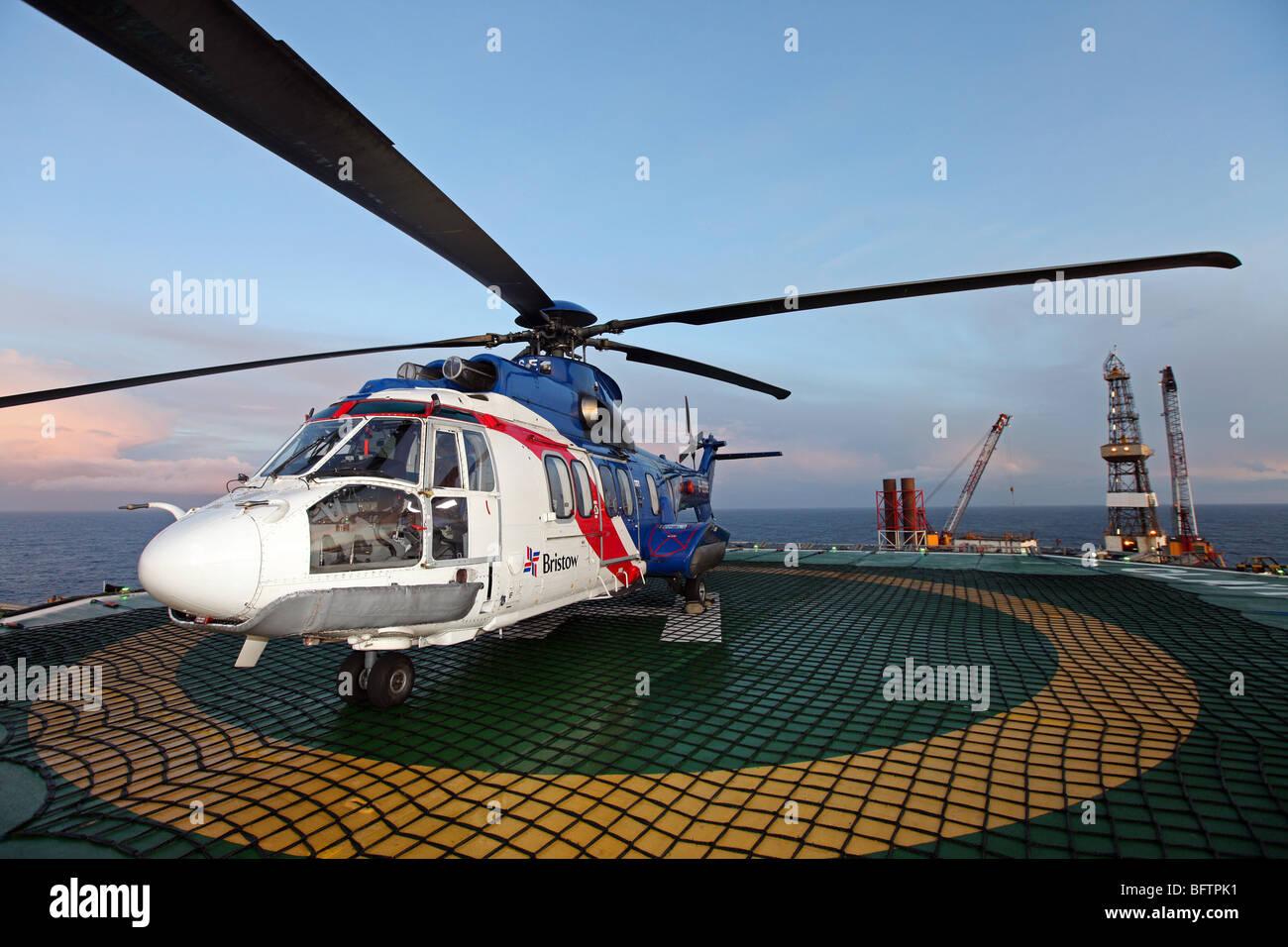 Bristow Superpuma helicóptero EC 225 sentados en helipuerto en plataforma petrolera del mar del Norte fuera de costa Foto de stock