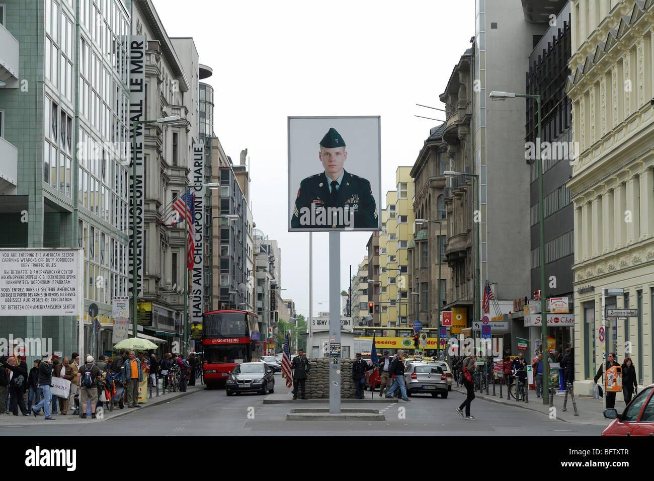 Berlín. Alemania. El Checkpoint Charlie en la Friedrichstrasse. Imagen De Stock