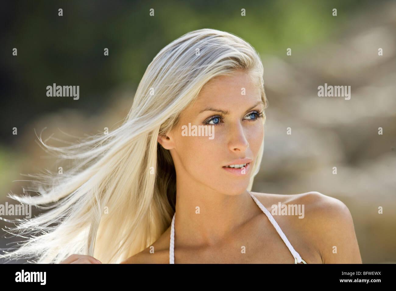 Disparo a la cabeza de la muchacha de la playa rubia Imagen De Stock