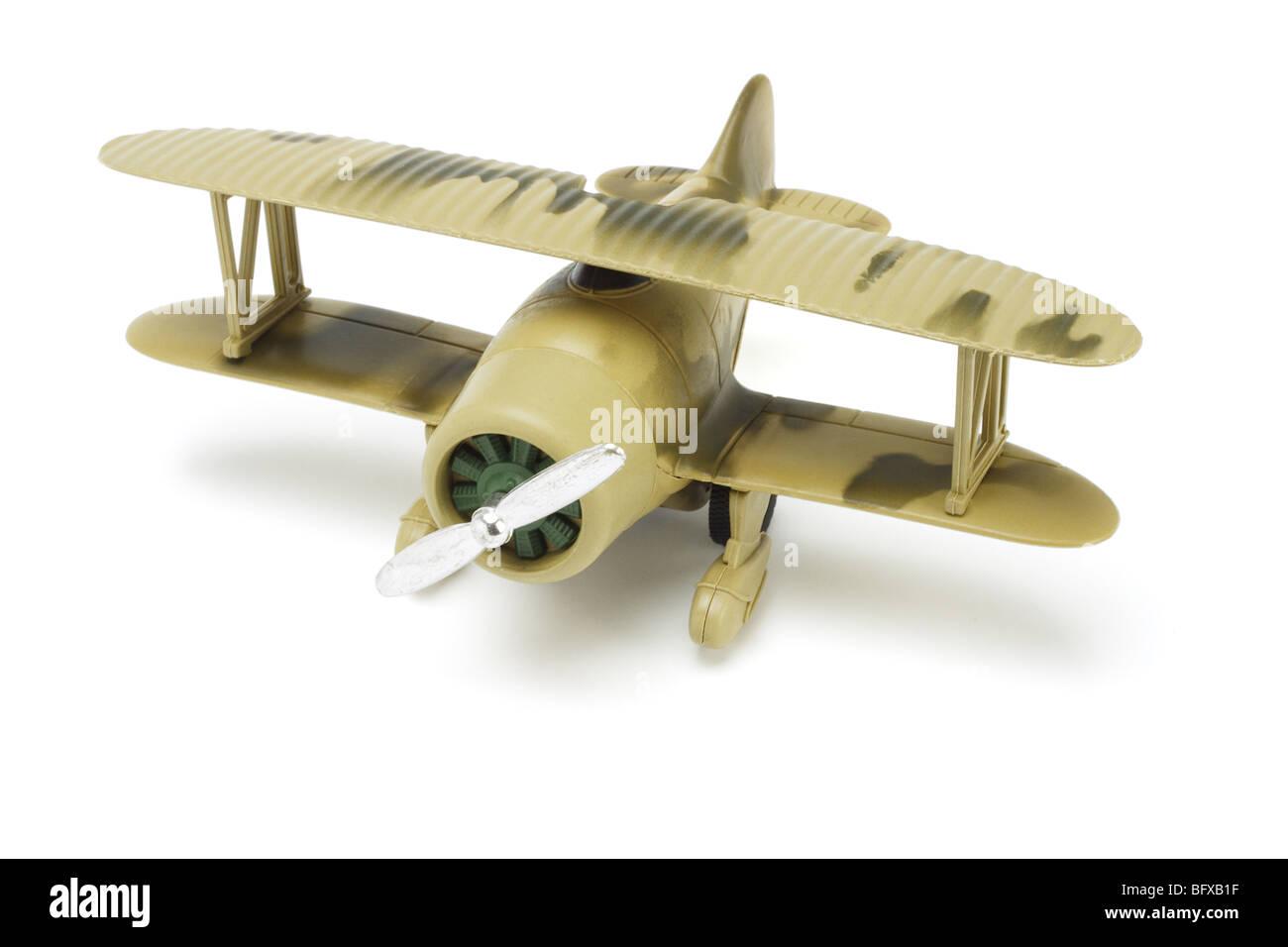 Aviones militares de juguete con pintura de camuflaje sobre fondo blanco. Imagen De Stock